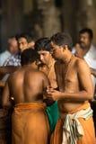 Prière dans le temple indien photo libre de droits
