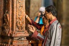 Prière dans le temple indien image stock