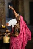 Prière dans le temple indien photographie stock libre de droits