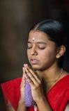 Prière dans le temple indien images libres de droits