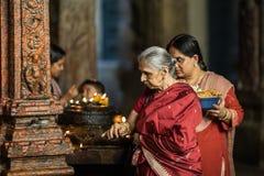 Prière dans le temple indien photos stock