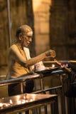 Prière dans le temple indien images stock