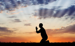 Prière de coucher du soleil photographie stock