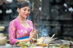 Prière de femme de Balinese Photos stock