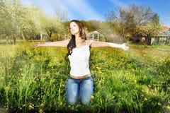 Prière de femmes sur l'herbe verte Photos libres de droits