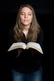 Prière de fille de bible Photos libres de droits
