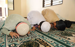 prière de gosses de l'Islam Image stock