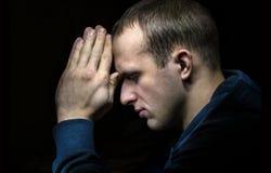 Prière de jeune homme photo libre de droits