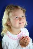 Prière douce de petite fille. Photographie stock
