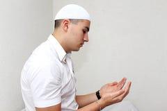 Prière islamique d'homme Images libres de droits