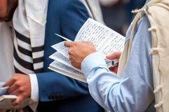 Prière Le Hasid juif lit un livre religieux Plan rapproché d'un livre et des mains Vacances de Rosh Hashanah, nouvelle année juiv photographie stock