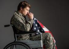 Prière masculine paralysée douleureuse de soldat photos stock