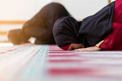 Prière musulmane de deux femmes image libre de droits