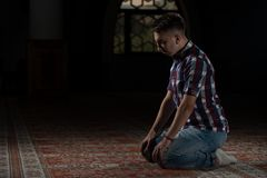 Prière musulmane religieuse d'homme Photos stock
