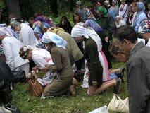 Prière païenne Mari dans le verger sacré le 12 juillet 2005 dans Shorunzha, Russie Image stock