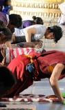 Prière pieuse du Thibet dans le temple de jokhang Image libre de droits