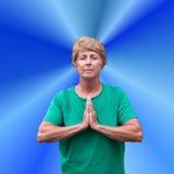 Prière spirituelle de spiritualité de femme mûr aîné Images libres de droits