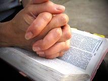 Prière sur la bible Photographie stock libre de droits