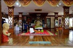 Prière thaïlandaise et respect de personnes avec Phra Ratchasuthi Yan Mongkhon Luang Pho Charan Thitathammo chez Wat Amphawan images stock