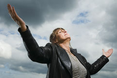 Prière vers le ciel Photos stock