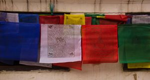Prières accrochant près du Boudhanath Stupa à Katmandou images libres de droits