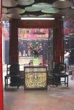 Prières dans le temple bouddhiste fumeux de Tin Hau, Chine photos stock