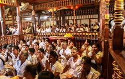 Prières dans le temple de la relique sacrée de dent à Kandy, Sri Lanka Images stock