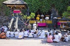 Prières de temple, Pura Goa Lawah, Bali, Indonésie image libre de droits
