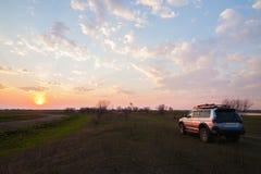 PRIAMURSKY, РОССИЯ - 8-ОЕ МАЯ 2016: 4x4 SUV на проселочной дороге на su Стоковые Изображения RF