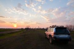 PRIAMURSKY ROSJA, MAJ, - 08, 2016: 4x4 SUV na wiejskiej drodze przy su Obrazy Stock