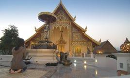 Priant au temple, ChiangMai, Thaïlande Image libre de droits