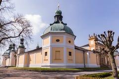 PRIBRAM, republika czech - KWIECIEŃ 21, 2017: Podwórze barokowy monaster przy Svata Hora Święta góra, bazyliki nieletni i fotografia royalty free