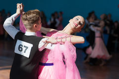 Pribylov Pavel en Maevskaya Marina Perform jeugd-2 Standaardprogramma Stock Afbeeldingen
