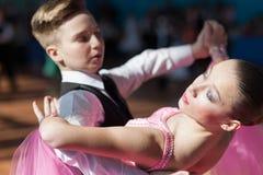 Pribylov Pavel en Maevskaya Marina Perform jeugd-2 Standaardprogramma Stock Fotografie