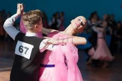 Pribylov Pavel och Maevskaya Marina Perform Youth-2 standart program Arkivbilder