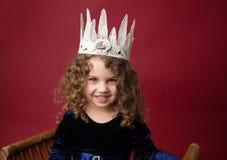 Pricess beweert Spel: Gelukkig Meisje in een Kroon op Kerstmisrood Stock Foto's
