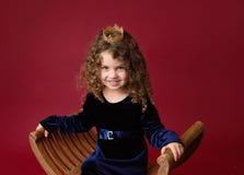 Pricess beweert Spel: Laughintmeisje in Kroon Royalty-vrije Stock Afbeeldingen
