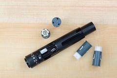 Pricker del dito, corredo lancing del dispositivo con il tamburo e lancette precaricate affinchè convenienza controllino glicemia fotografie stock