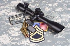 Prickskytt för begrepp för bakgrund för USA-ARMÉ med räckvidd och gradbeteckning royaltyfri foto