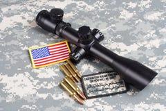 Prickskytt för begrepp för bakgrund för USA-ARMÉ med räckvidd och gradbeteckning royaltyfri fotografi