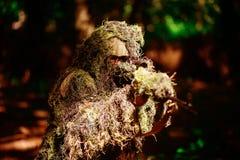 Prickskytten bär ghilliedräkten Arkivfoto