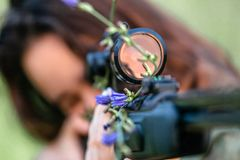 Prickskyttflicka med vapnet royaltyfri fotografi