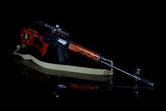 Prickskyttgevär med optisk sikt arkivfoto