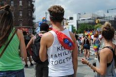 Pride March alegre, mantém famílias junto, NYC, NY, EUA imagem de stock royalty free
