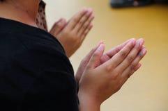 Prier pour des bénédictions. Photographie stock libre de droits