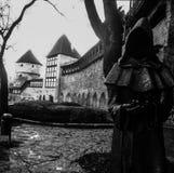 Priester ähnliche gruselige Schwarzweiss-Statue lizenzfreie stockfotos