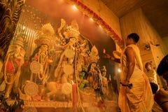 Priester aanbiddende Godin Durga, Durga Puja-festivalviering stock fotografie