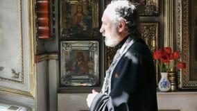 Priester in de kerk stock video