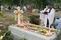 Priester, der an Allerseelen, Kolkata, Indien betet Stockfotos