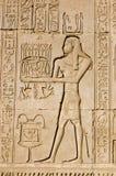 Priester, der altem ägyptischem Gott Ka anbietet Stockbilder